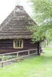 Παλαιό παραδοσιακό ξύλινο εξοχικό σπίτι στιλβωτικής ουσίας στο υπαίθριο μουσείο, Kolbuszowa, Πολωνία Στοκ Φωτογραφίες