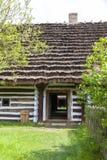 Παλαιό παραδοσιακό ξύλινο εξοχικό σπίτι στιλβωτικής ουσίας στο υπαίθριο μουσείο, Kolbuszowa, Πολωνία Στοκ εικόνα με δικαίωμα ελεύθερης χρήσης