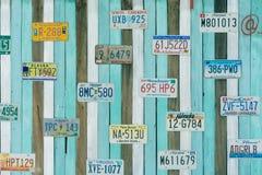 Παλαιό πιάτο εγγραφής αμερικανικών αυτοκινήτων στον τοίχο Στοκ Εικόνες