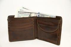 Παλαιό πορτοφόλι με τα τραπεζογραμμάτια των αμερικανικών δολαρίων μέσα Στοκ Φωτογραφία