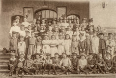 Παλαιό πορτρέτο των σχολικών συμμαθητών Παιδιά και δάσκαλοι Στοκ φωτογραφίες με δικαίωμα ελεύθερης χρήσης