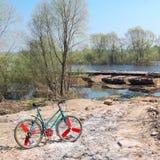 Παλαιό ποδήλατο επάνω από την οδική έκταση Στοκ φωτογραφία με δικαίωμα ελεύθερης χρήσης