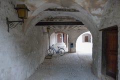 Παλαιό ποδήλατο σε ένα arcade Στοκ Εικόνα