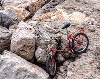Παλαιό ποδήλατο στους βράχους στοκ εικόνα