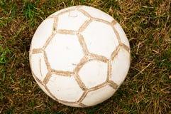 Παλαιό ποδόσφαιρο στον κήπο στοκ εικόνες