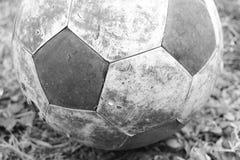 Παλαιό ποδόσφαιρο στο έδαφος Στοκ Φωτογραφίες