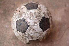 Παλαιό ποδόσφαιρο στο έδαφος Στοκ Φωτογραφία