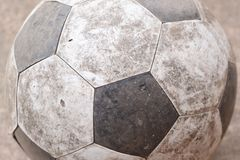 Παλαιό ποδόσφαιρο στο έδαφος Στοκ φωτογραφία με δικαίωμα ελεύθερης χρήσης