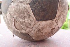 Παλαιό ποδόσφαιρο στο έδαφος Στοκ Εικόνα