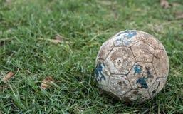 παλαιό ποδόσφαιρο σφαιρών στοκ εικόνα με δικαίωμα ελεύθερης χρήσης