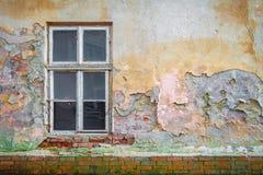 Παλαιό πολύχρωμο ασβεστοκονίαμα παραθύρων τουβλότοιχος στοκ εικόνες