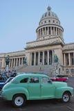 Παλαιό πράσινο κουβανικό αυτοκίνητο μπροστά από το εθνικό κτήριο Capitol Στοκ εικόνα με δικαίωμα ελεύθερης χρήσης