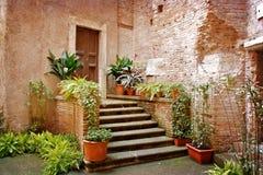 Παλαιό προαύλιο στη Ρώμη, Ιταλία Στοκ εικόνα με δικαίωμα ελεύθερης χρήσης