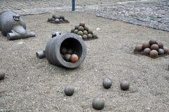 Παλαιό πυροβόλο με τις σφαίρες στο φρούριο, Dinant Στοκ φωτογραφία με δικαίωμα ελεύθερης χρήσης