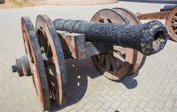Παλαιό πυροβόλο χυτοσιδήρων κοντά στο παλαιό φρούριο Στοκ Εικόνες