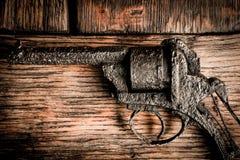 Παλαιό πυροβόλο όπλο στον ξύλινο πίνακα Στοκ εικόνα με δικαίωμα ελεύθερης χρήσης