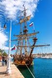 Παλαιό πλέοντας γιοτ ιστών σκαφών με τη ρωσική σημαία στο λιμενικό ναυτικό της Βαρκελώνης Στοκ φωτογραφία με δικαίωμα ελεύθερης χρήσης