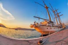 Παλαιό πλέοντας σκάφος στο φως ηλιοβασιλέματος Στοκ Εικόνες