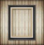 Παλαιό πλαίσιο εικόνων στον ξύλινο τοίχο Κενό πλαίσιο εικόνων Στοκ Φωτογραφίες