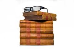 Παλαιό ράφι βιβλίων που απομονώνεται στο άσπρο υπόβαθρο στοκ φωτογραφία