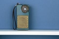 Παλαιό ραδιόφωνο στο άσπρο ράφι Στοκ Εικόνα