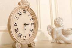 Παλαιό ρολόι κορνιζών τζακιού Στοκ φωτογραφία με δικαίωμα ελεύθερης χρήσης