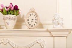 Παλαιό ρολόι κορνιζών τζακιού Στοκ Εικόνες