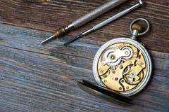 Παλαιό ρολόι με ανοικτό μηχανισμό και δύο κατσαβίδια Στοκ εικόνα με δικαίωμα ελεύθερης χρήσης