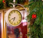 Παλαιό ρολόι με τη διακόσμηση χριστουγεννιάτικων δέντρων Στοκ εικόνες με δικαίωμα ελεύθερης χρήσης