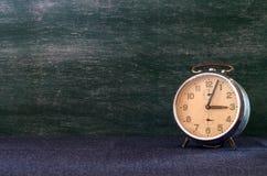 Παλαιό ρολόι με το διάστημα αντιγράφων στοκ εικόνα