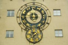 Παλαιό ρολόι με zodiac τα σημάδια Στοκ Εικόνα