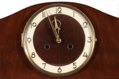 Παλαιό ρολόι σε έναν άσπρο τοίχο κλείστε επάνω Στοκ εικόνα με δικαίωμα ελεύθερης χρήσης