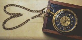 Παλαιό ρολόι τσεπών με την αλυσίδα στον εκλεκτής ποιότητας τόνο μορφής σπασιμάτων καρδιών Στοκ Εικόνες