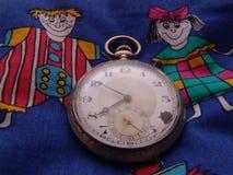 Παλαιό ρολόι τσεπών στο νεανικό κλωστοϋφαντουργικό προϊόν Στοκ φωτογραφία με δικαίωμα ελεύθερης χρήσης