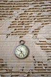 Παλαιό ρολόι τσεπών στο υπόβαθρο χαρτονιού Στοκ εικόνα με δικαίωμα ελεύθερης χρήσης