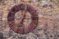 Παλαιό ρολόι χάλυβα στον τοίχο κάστρων στοκ εικόνα με δικαίωμα ελεύθερης χρήσης