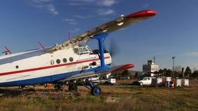 Παλαιό ρωσικό biplane έτοιμο στην απογείωση φιλμ μικρού μήκους