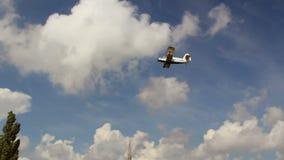 Παλαιό ρωσικό biplane στο μπλε ουρανό απόθεμα βίντεο
