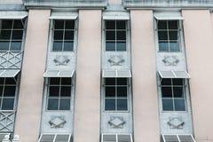 Παλαιό ρόδινο κτήριο σε Nassau με τα άσπρα παράθυρα Στοκ φωτογραφία με δικαίωμα ελεύθερης χρήσης