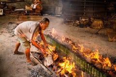 Παλαιό ρύζι εγκαυμάτων ατόμων που ψήνεται στο μπαμπού ρύζι που ενυδατώνεται κολλώδες στο γάλα καρύδων Το Khao Lam είναι Τ Στοκ Εικόνα