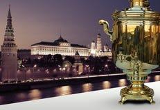Παλαιό σαμοβάρι στο υπόβαθρο του Κρεμλίνου Στοκ Εικόνες