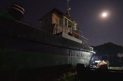 Παλαιό σκάφος κάτω από το σεληνόφωτο Στοκ εικόνα με δικαίωμα ελεύθερης χρήσης