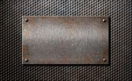 Παλαιό σκουριασμένο ή αγροτικό πιάτο μετάλλων πέρα από το πλέγμα χτενών στοκ εικόνες