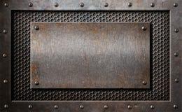 Παλαιό σκουριασμένο ή αγροτικό πιάτο μετάλλων πέρα από το πλέγμα χτενών Στοκ Φωτογραφία