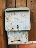 Παλαιό σκουριασμένο γκρίζο ταχυδρομικό κουτί στον ξύλινο τοίχο Στοκ Φωτογραφίες