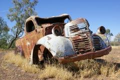 Παλαιό σκουριασμένο εγκαταλειμμένο αυτοκίνητο Στοκ Εικόνες