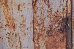 Παλαιό σκουριασμένο μεταλλικό υπόβαθρο στην οδό το χειμώνα Στοκ Φωτογραφίες