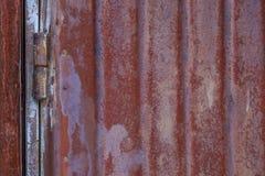 Παλαιό σκουριασμένο μεταλλικό υπόβαθρο στην οδό το χειμώνα Στοκ εικόνα με δικαίωμα ελεύθερης χρήσης