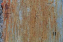 Παλαιό σκουριασμένο μεταλλικό υπόβαθρο στην οδό το χειμώνα Στοκ εικόνες με δικαίωμα ελεύθερης χρήσης