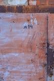 Παλαιό σκουριασμένο μεταλλικό υπόβαθρο στην οδό το χειμώνα Στοκ φωτογραφία με δικαίωμα ελεύθερης χρήσης